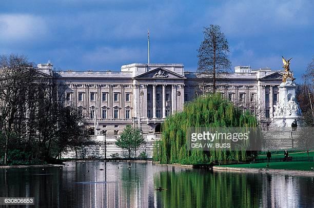 Pond Buckingham Palace in the background Saint James's Park London England United Kingdom