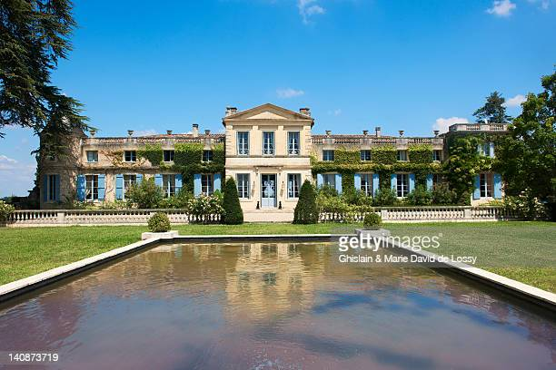 pond in courtyard of french chateau - mansion stock pictures, royalty-free photos & images