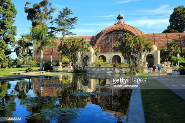 pond reflecting the building of the botanical garden - rainer grosskopf stock pictures, royalty-free photos & images