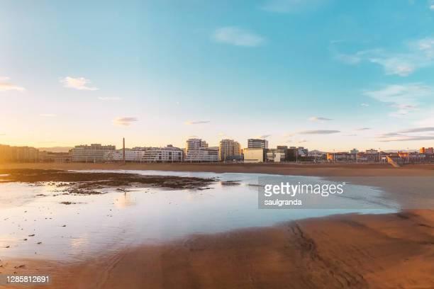 poniente beach in gijón at sunrise - ヒホン ストックフォトと画像