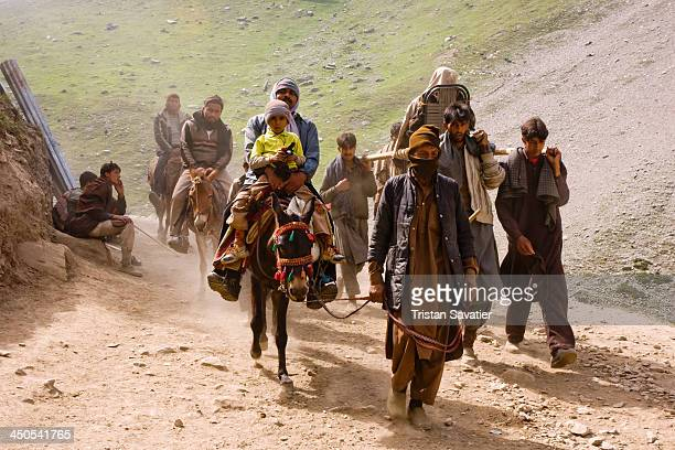 Ponies, dandis and Hindu pilgrims on the Amarnath Cave trail. Local Muslim Kashmiri provide Hindu pilgtims transportation to the Amarnath Cave by...
