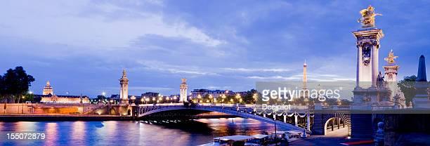 Pont Alexandre Bridge de nuit à Paris, France