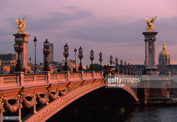 pont alexandre iii bridge and les invalides in paris - image photos et images de collection