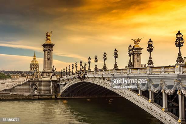 pont alexandre iii sunset - pont alexandre iii photos et images de collection