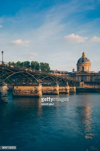 pont des artes in paris bei sonnenuntergang - fluss seine stock-fotos und bilder