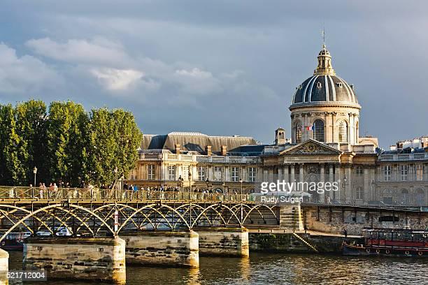 pont des arts and the institut de france - サンジェルマンデプレ ストックフォトと画像
