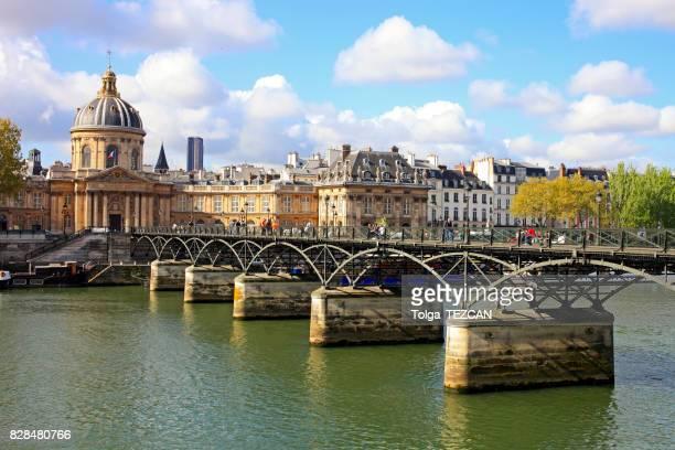 Pont de pont des Arts sur la Seine de Paris de la rivière sur une journée ensoleillée