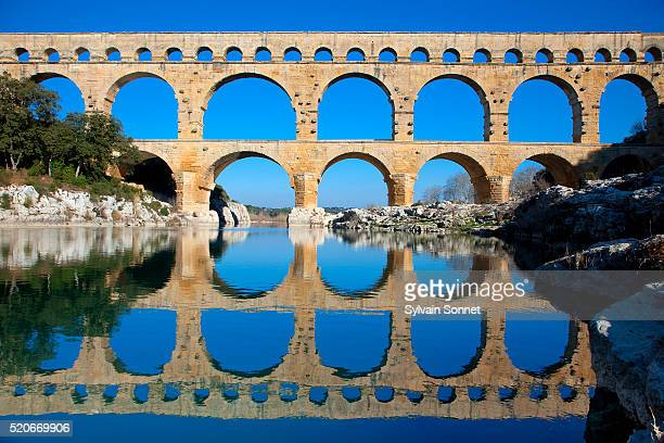 pont du gard and gard river - pont du gard stock pictures, royalty-free photos & images