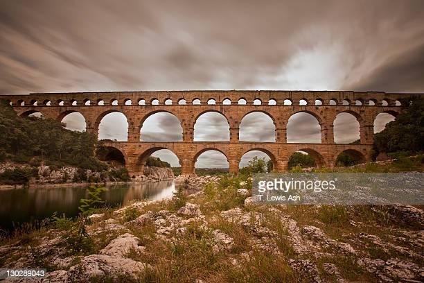 pont du gard aquaduct in france - pont du gard stockfoto's en -beelden