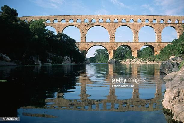 pont du gard aqueduct, provence, france - pont du gard stockfoto's en -beelden