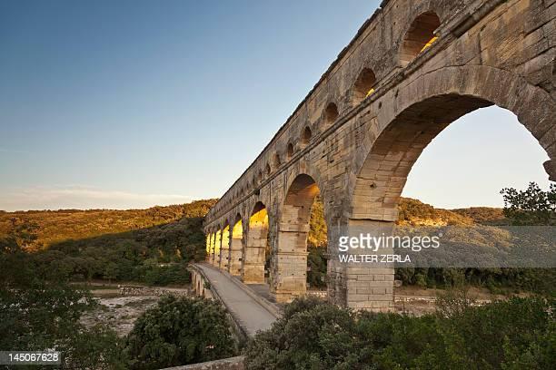 pont du gard bridge in rural landscape - pont du gard stockfoto's en -beelden