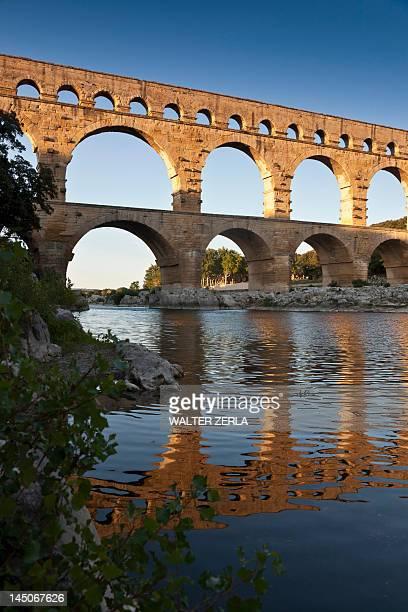 pont du gard bridge reflected in river - pont du gard stockfoto's en -beelden