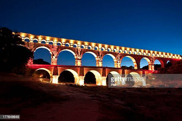 pont du gard by night, france - pont du gard stockfoto's en -beelden