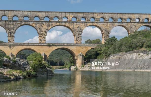 pont du gard over gardon river in vers-pont-du-gard, france - ponte ad arco foto e immagini stock