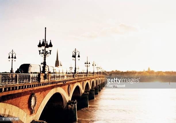 pont du pierre over garonne river at sunset - bordeaux stockfoto's en -beelden