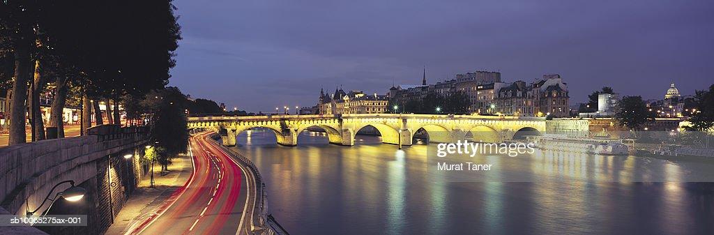 Pont Neuf Bridge illuminated at night and reflecting in Seine River : Foto stock