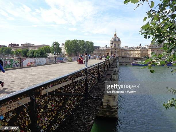 pont neuf over river leading towards cathedral against sky on sunny day in city - pont neuf stock-fotos und bilder
