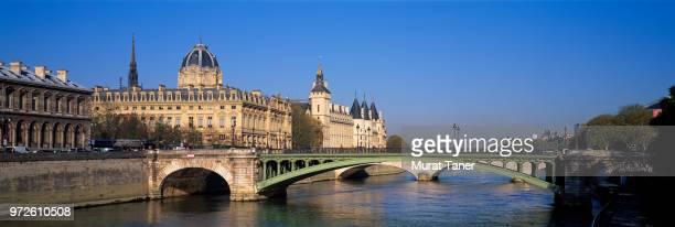 pont notre dame bridge and palais de justice - paris island stock photos and pictures