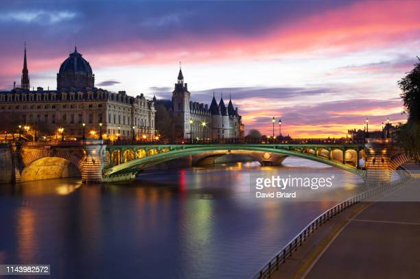 pont notre-dame and conciergerie - briard stock photos and pictures