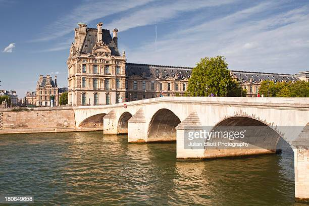 pont royal and the louvre museum. - musee du louvre stock pictures, royalty-free photos & images