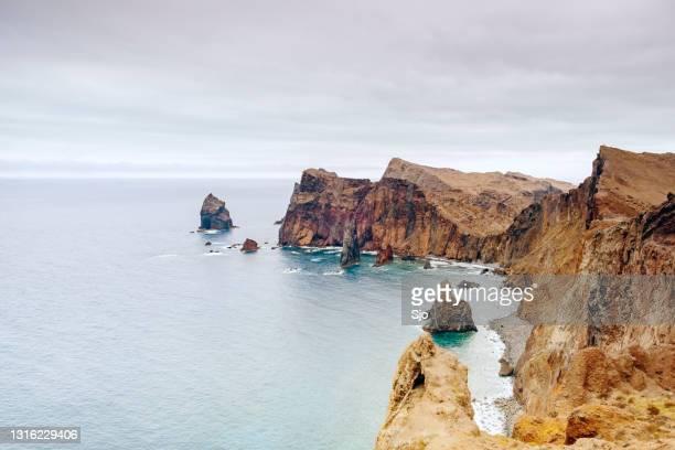 曇りの夏の日にマデイラ島でポンタ・デ・サン・ロウレンソ半島の風景 - 大西洋諸島 ストックフォトと画像