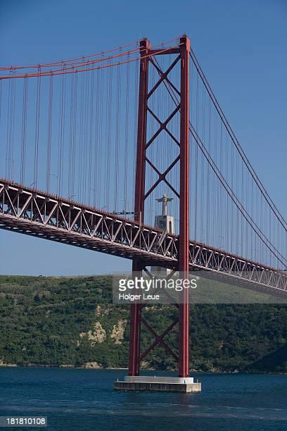 ponte 25 de abril and cristo rei statue - statua di cristo re foto e immagini stock