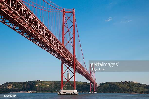 ponte 25 de abril bridge with cristo rei statue - statua di cristo re foto e immagini stock