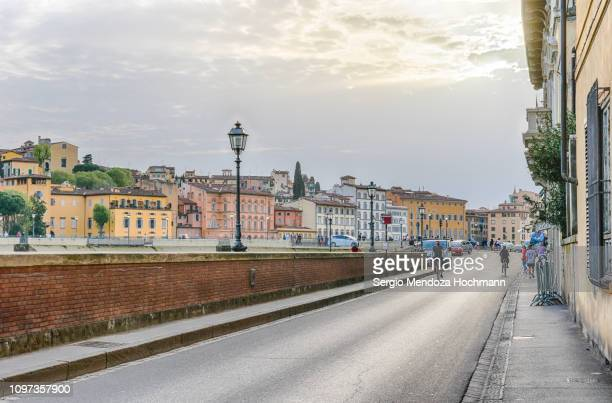 ponte alle grazie and the arno river at sunset - florence, italy - retreating ストックフォトと画像