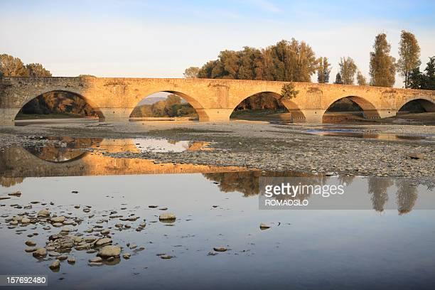 ponte buriano in toscana, italia - secco foto e immagini stock