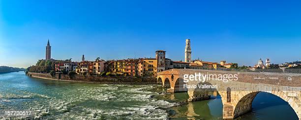 ピエトラ橋、ヴェローナ、イタリア - イタリア ヴェローナ ストックフォトと画像