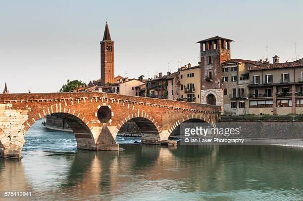 ponte pietra on adige river, verona, italy - verona foto e immagini stock