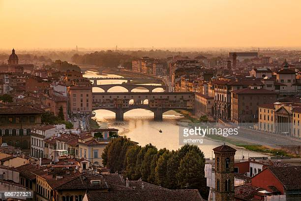 ponte vecchio at sunset, florence, tuscany, italy - arno stockfoto's en -beelden