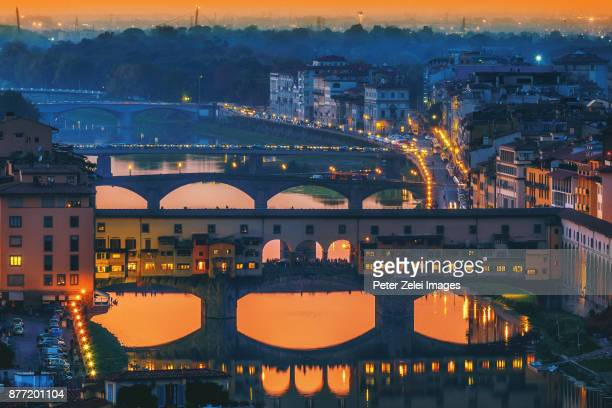 ponte vecchio in florence, tuscany, italy at dusk - arno stockfoto's en -beelden
