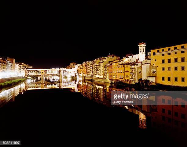 ponte vecchio reflected in river arno, florence - yeowell foto e immagini stock