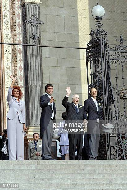 Ponti family Italian film star Sophia Loren Carlo Ponti junior Italian producer and Sophia Loren's husband Carlo Ponti and Dod Ponti wave to the...