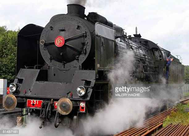 Unique locomotive a vapeur encore en activite en France arrive chargee de voyageurs, le 14 aout 2004 en gare de Pontrieux. AFP PHOTO VALERY HACHE