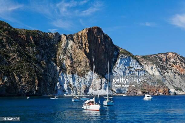 ponza, pontine islands, lazio, italy - costa rocciosa foto e immagini stock