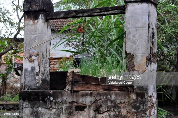 poço abandonado - sem fim... valéria del cueto stock pictures, royalty-free photos & images
