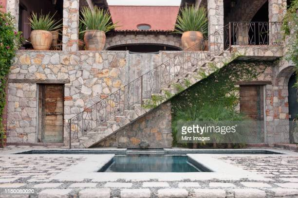 pool and steps to the casa luna ranch - 石造りの家 ストックフォトと画像