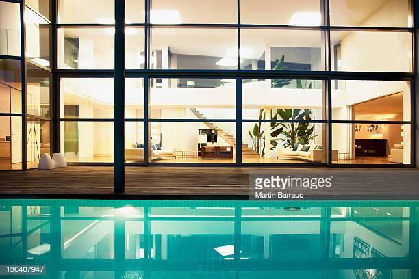 プールと大きな窓を備えたモダンな家