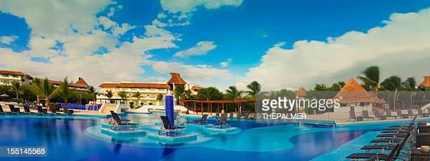 piscina no mexican resort - playa del carmen - fotografias e filmes do acervo