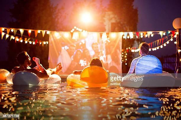 Soirée cinéma au bord de la piscine privée.