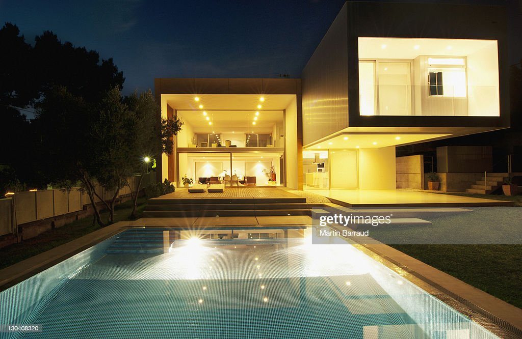 Pool außerhalb des modernen Haus bei Nacht : Stock-Foto