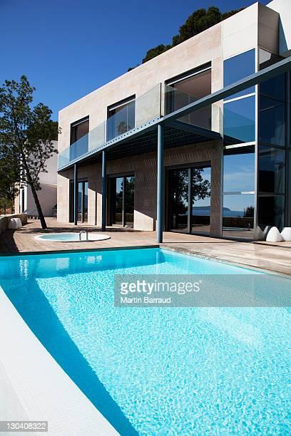 Piscina exterior casa Moderna