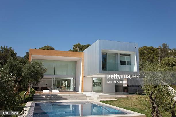 Pool außerhalb modernen Haus
