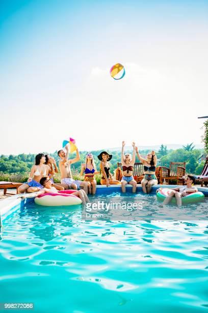 fiesta en la piscina para jóvenes - pool party fotografías e imágenes de stock