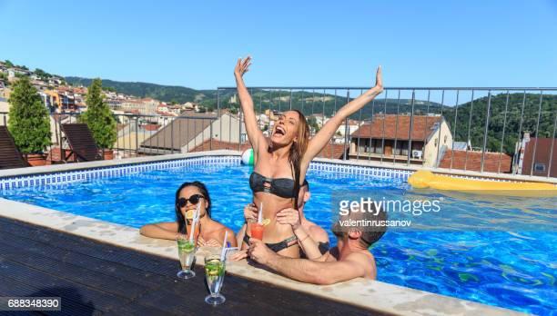 fiesta en la piscina con amigos y cócteles - hot teen fotografías e imágenes de stock