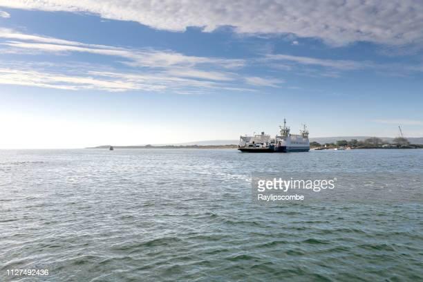 poole 港チェーン フェリーの日当たりの良い夏の日に砂州に短い旅にスタッドランド湾を残して - プール湾 ストックフォトと画像