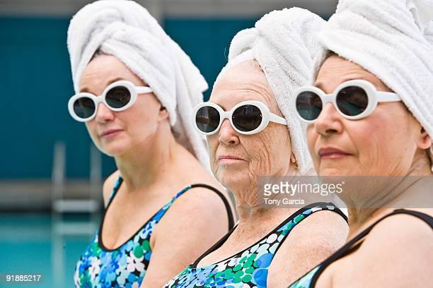 poolside ladies - trois personnes photos et images de collection