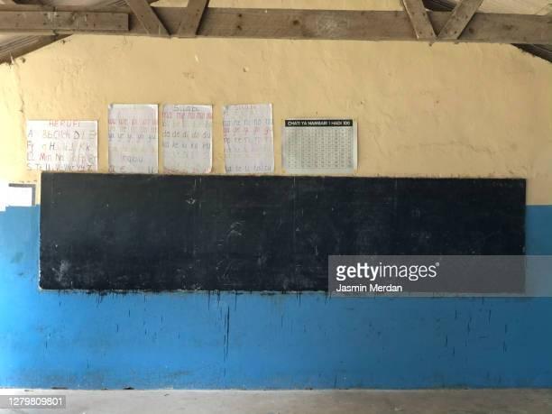 poor classroom in african school - vie scolaire photos et images de collection